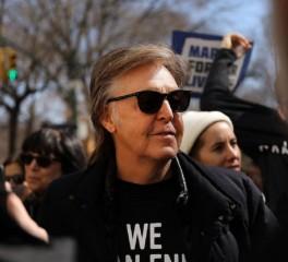 Ο Paul McCartney -ξανά-διασχίζει την διάβαση πεζών του Abbey Road