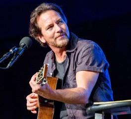 Οι Pearl Jam και ο Jack White διασκευάζουν Neil Young