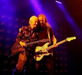 Ο κιθαρίστας των Doors, Robby Krieger στην σκηνή των Alice In Chains