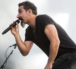O Serj Tankian ετοιμάζει καφέ και …νέα τραγούδια