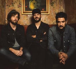 """The Movie Song"": Ακούστε το νοσταλγικό, νέο τραγούδι των The Record Company"