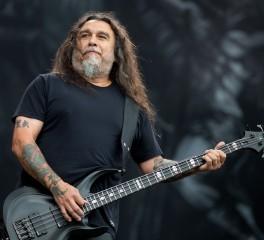 Fan επιστρέφει κολυμπώντας σε συναυλία των Slayer