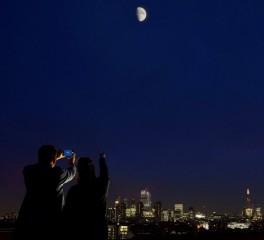 Ακούστε τη νέα μουσική του Vangelis φωτογραφίζοντας το φεγγάρι