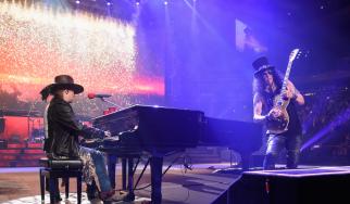 """Οι Guns N' Roses δημοσιεύουν ακυκλοφόρητη εκδοχή του """"November Rain"""""""