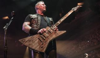 Ο James Hetfield φτιάχνει κιθάρα με ξύλο από το γκαράζ των πρώτων ηχογραφήσεων