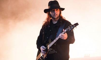 Ο Daron Malakian διασκευάζει Σταμάτη Κόκκοτα!