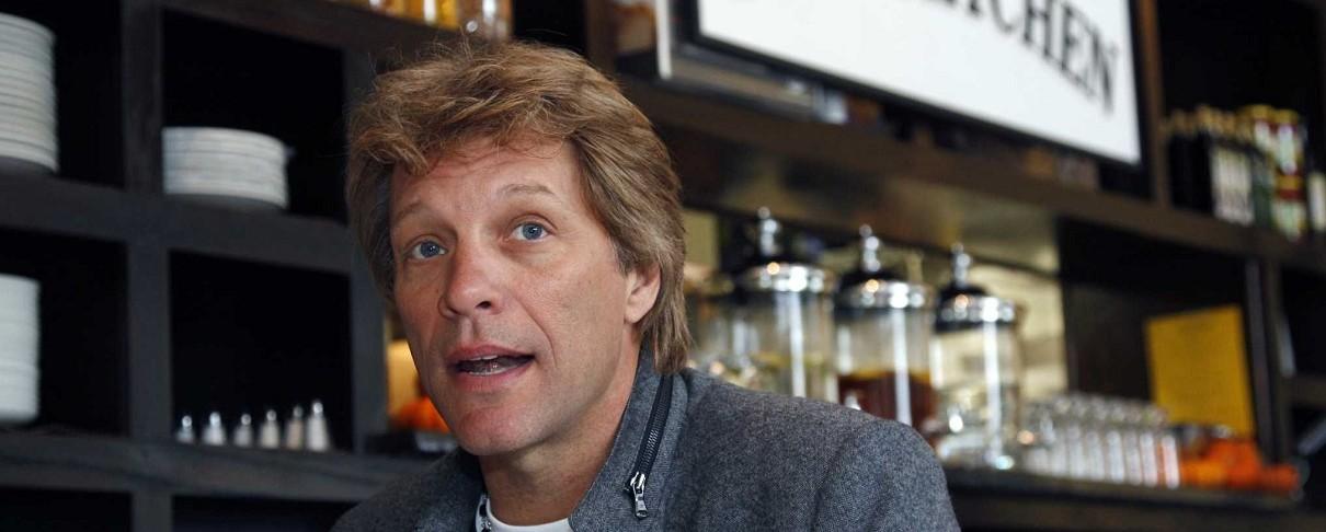 Ο Bon Jovi μοιράζει δωρεάν γεύματα στα θύματα του «λουκέτου» του Donald Trump