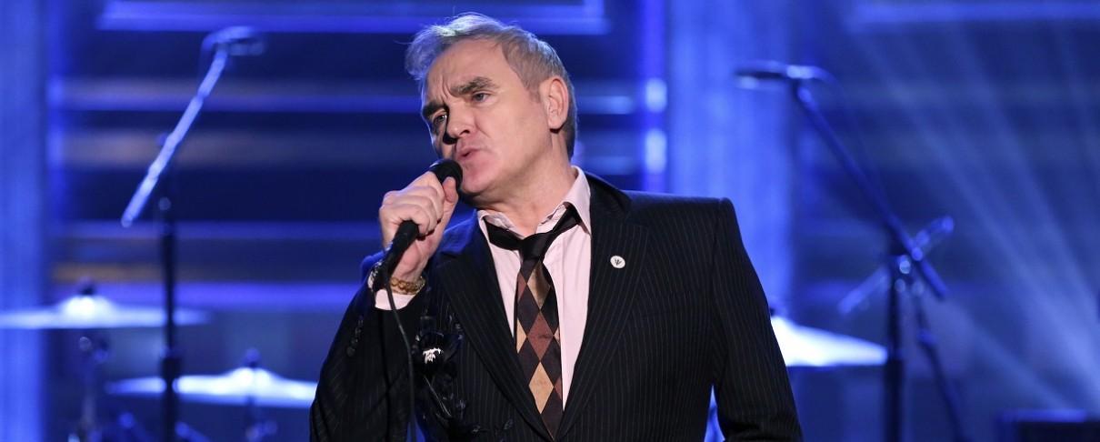Ο Morrissey υπογράφει δίσκους άλλων καλλιτεχνών και τους ...πουλάει σε συναυλίες του