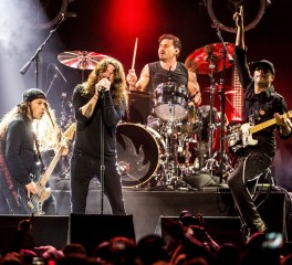 "Dave Grohl, Robert Trujillo και μέλη των Audioslave διασκευάζουν το ""Show Me How To Live"""