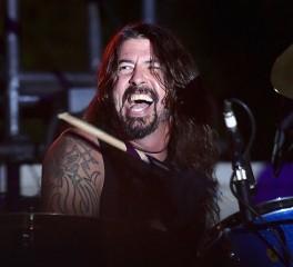 Ο Dave Grohl διασκευάζει Motorhead και Thin Lizzy προς τιμήν του Ronnie James Dio