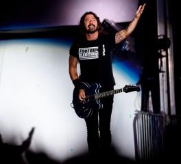 """Οι Foo Fighters διασκευάζουν το οριακό """"Planet Claire"""" των B-52's"""