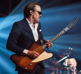 Ο Joe Bonamassa παίζει… heavy metal (video)