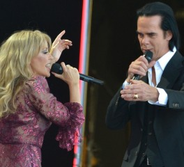 O Nick Cave στην σκηνή της Kylie Minogue
