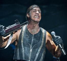 Ο Till Lindemann «σπάει στο ξύλο» θαμώνα πολυτελούς ξενοδοχείου