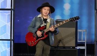"""Εννιάχρονος σολάρει το """"Sweet Child O' Mine"""" και αφήνει τους πάντες άφωνους"""