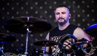 John Dolmayan: «Ίσως ήρθε η ώρα να αφήσουμε πίσω τις μαλ@@ες και τα τεράστια εγώ μας»
