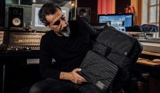 Ένα backpack με… ακυκλοφόρητη μουσική του Serj Tankian