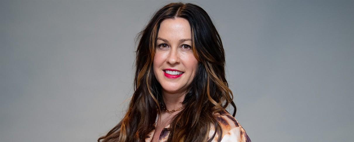 Alanis Morissette: «Σχεδόν κάθε γυναίκα στη μουσική βιομηχανία έχει υποστεί επίθεση, παρενόχληση ή βιασμό»
