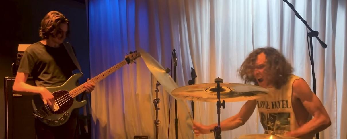 """Οι γιοι του Ulrich διασκευάζουν εξαιρετικά το """"Eleanor Rigby"""" των Beatles (video)"""