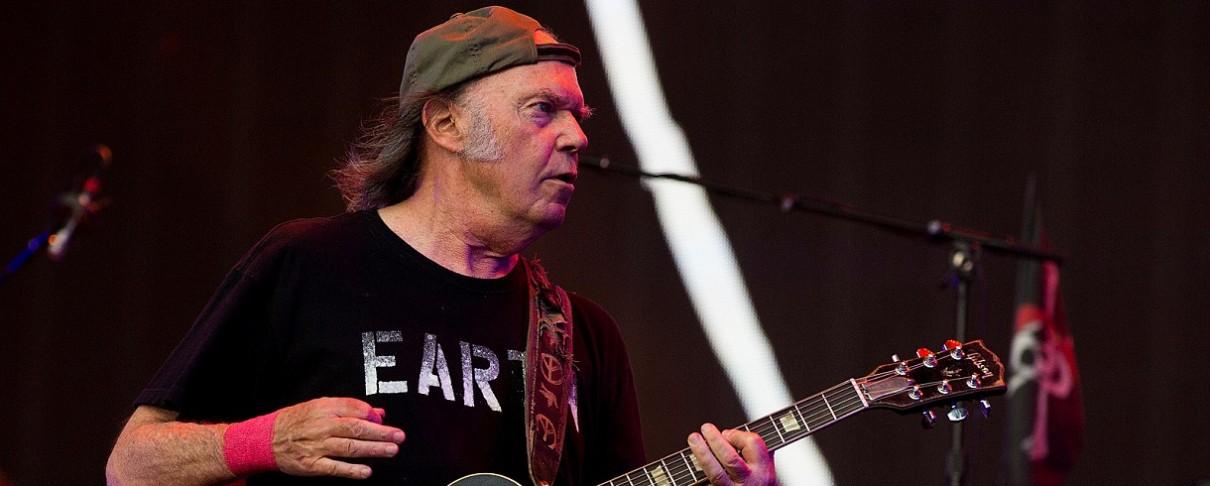 Ο Neil Young «μοιράζεται» ακυκλοφόρητο live video