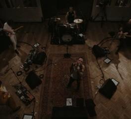 Οι Idles παίζουν ακυκλοφόρητο τραγούδι τους σε live stream εμφάνιση