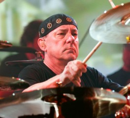 Chad Smith, Mike Portnoy, Taylor Hawkins κ.ά. σε συναυλία προς τιμήν του Neil Peart
