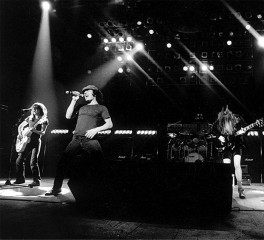 """Οι AC/DC δημοσιεύουν σπάνιο οπτικοακουστικό υλικό με θέμα το """"Back in Black"""""""