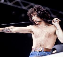 Fraternity: H μπάντα του Bon Scott πριν ενταχθεί στους AC/DC ανακοινώνει επετειακή συλλογή