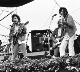 """Ακούστε τη διασκευή του Neil Young στο """"The Times They Are A-Changin'"""" του Bob Dylan"""