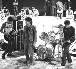 """Επετειακή επανέκδοση από τους Circle Jerks για τα 40 χρόνια του """"Group Sex"""""""