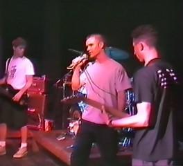 Δείτε τον Zack de la Rocha να παίζει κιθάρα σε μπάντα πριν τους Rage Against The Machine