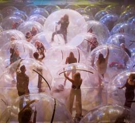 Flaming Lips: Διεξάγουν την πρώτη συναυλία με μπάντα και κοινό σε πλαστικές φούσκες