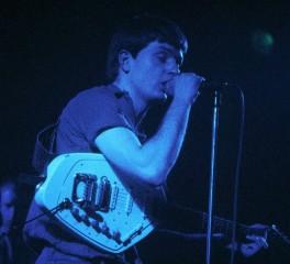 """Σε δημοπρασία η κιθάρα του Ian Curtis από το video του """"Love Will Tear Us Apart"""""""