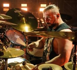 Ο John Dolmayan διασκευάζει Radiohead έχοντας στο πλευρό του M. Shadows και Tom Morello