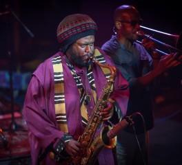 "O Kamasi Washington επί σκηνής στο μεγάλο φινάλε του ""Homeland"""
