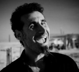 Serj Tankian: «Ο Trump είναι άχρηστος και έχει εμμονή με τον εαυτό του»