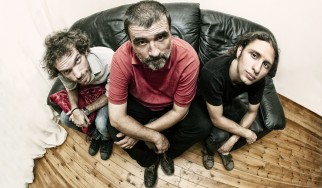 Το Baby Trio του Γιώργου Κοντραφούρη διασκευάζει AC/DC, Jimi Hendrix σε online συναυλία σήμερα το βράδυ