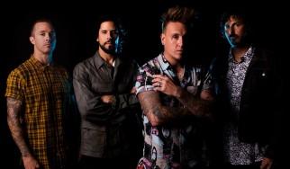 O κιθαρίστας των Papa Roach σπάει τα δάχτυλά του και «μοιράζεται» φωτογραφίες