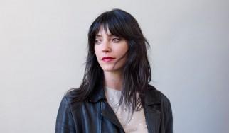 """Δείτε τη Sharon Van Etten να διασκευάζει το """"Hurt"""" των Nine Inch Nails"""
