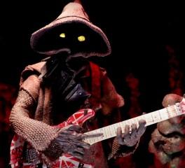 """Δείτε ένα Jawa (Star Wars) να παίζει το """"Eruption"""" των Van Halen"""