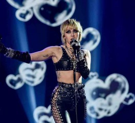 H Miley Cyrus διασκευάζει Metallica