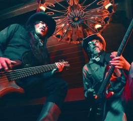 Les Claypool και Robert Trujillo «μονομαχούν» στην Άγρια Δύση