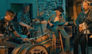 Δείτε τους Black Keys να διασκευάζουν ένα από τα διασημότερα hits του R.L. Burnside