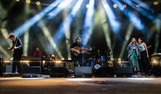 "Sleater-Kinney και Wilco παίζουν μαζί επί σκηνής το ""A Shot In The Arm"" (video)"