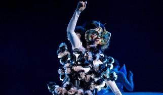 Αφιερωμένος σε όσους μετατρέπουν το σαλόνι τους σε club ο νέος δίσκος της Björk