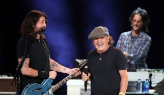 Brian Johnson και Foo Fighters μαζί στην σκηνή