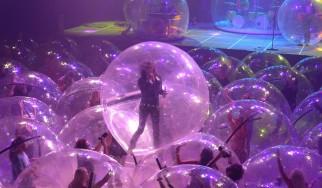 Flaming Lips: Πραγματοποιήθηκε η πρώτη συναυλία με μπάντα και κοινό μέσα σε φούσκες