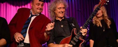 Ο Brian May και ο Tom Jones διασκευάζουν Elvis Presley