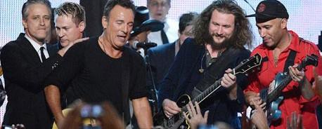 Ακούστε τον Neil Young και τον Elton John να διασκευάζουν Bruce Springsteen για την τελετή MusiCares Person of the Year