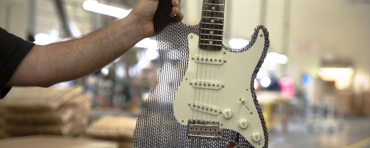 Μια Fender Stratocaster ακούγεται υπέροχα, ακόμα κι αν είναι από χαρτόνι!